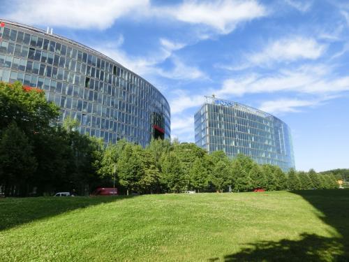 ドイツ東西統一の後、この地区は一気に建築ラッシュとなり、「ソニーセンター」(写真)はじめ有名建築家が設計した高層ビル群が林立するようになった。