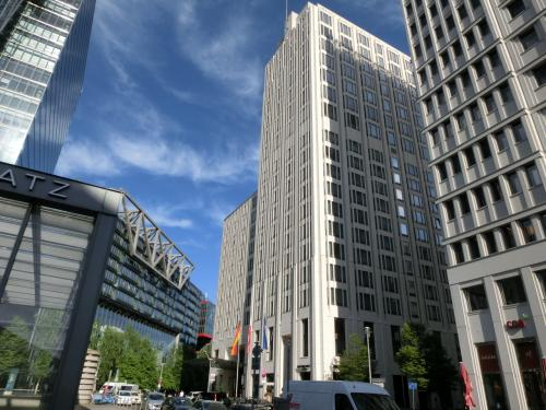 高級ホテル「リッツ・カールトン・ベルリン」(写真中央)はマリオットホテルの前にある。
