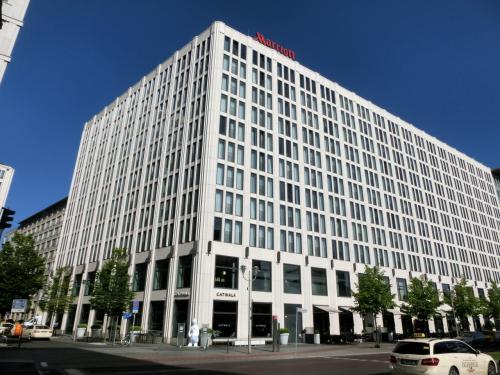 ポツダム広場からブランデンブルク門への幹線道路に面して「ベルリン・マリオットホテル」(写真)が建つ。地上11階(グランド階+10階)、全370室の大型ホテルである。ここに3泊する。