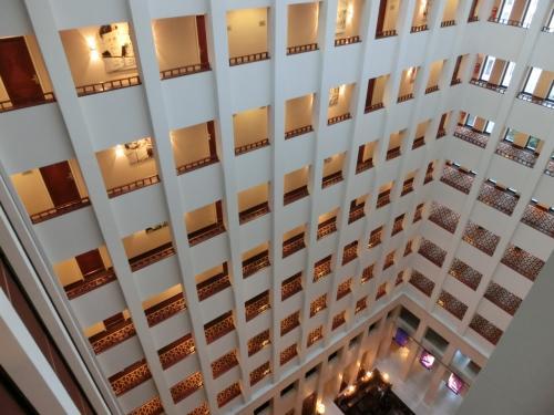 最上階の10階はエグゼクティブ・フロアーで、我々の部屋はその1つ下の9階である。「高層階の客室」というリクエストは当然のように満たしてくれる。9階の廊下から見下ろす吹き抜けの大空間(写真)は結構迫力がある。