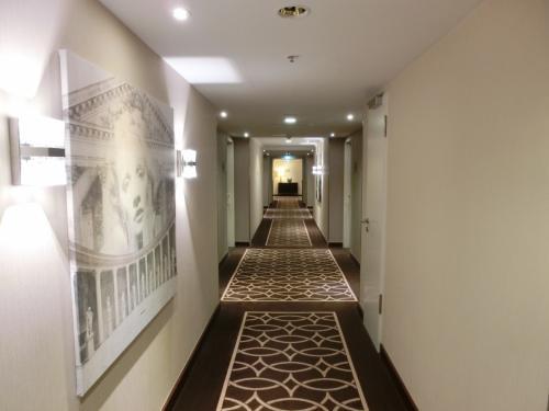 9階の廊下(写真)を我が部屋に向かって急ぐ。
