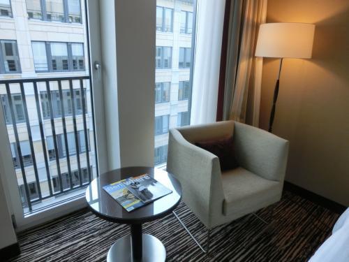窓側に置かれた小さなテーブルとソファー(写真)。高層階ではあるが、周囲はビルに囲まれているので、窓からの眺めはイマイチである。