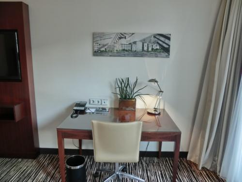客室面積は32?あり、2人で使っても問題ない。参考までにルームチャージ代金(2名利用、食事なし、税・サ込)は1泊139ユーロ(18765円)である。1人当たり約9400円。<br />写真:窓側に置かれたワーキング・デスク