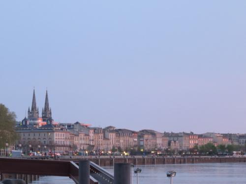 朝日が当たって綺麗な川沿いの建物