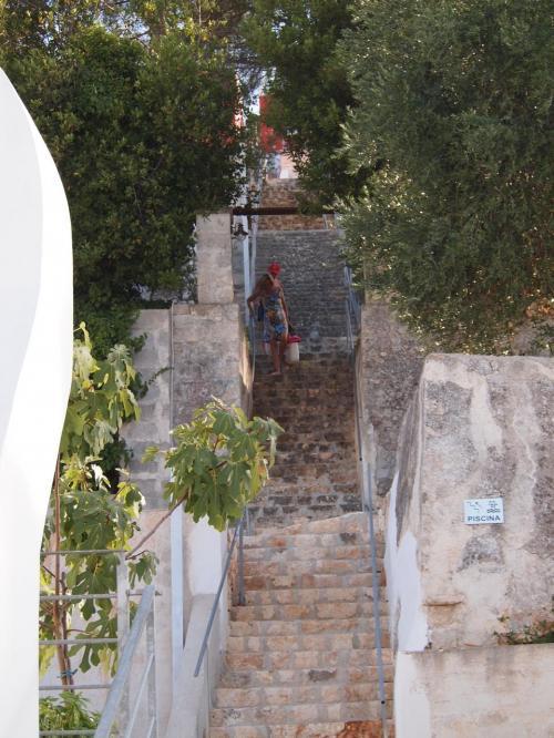 プールにはこの階段をあがった先にあるようです<br />友人達が到着するまでまったりすることにするが<br />150段、結構きつい