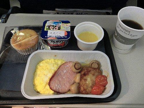 最初の食事は朝食<br /><br />食事の感想は、はっきり言って貧弱! 2種類の中から選ぶんですけど、メニューがないので英語が分からなければアウトです。最初は軽い朝食で、ベーコン&エッグの他のが聞き取れず、卵料理を食べるしかなかったのですが、もう一つの食事は焼きそばみたいでした。フライドヌードルとは言ってなかったけどなぁ。<br /><br />出発前後のドアモードを変更したら、隣のドア担当者と相互確認をするという場面がありますが、大抵は親指を立ててOKのサインをするところ、相手のドアまで行って確認をしていたのが興味深かったです。