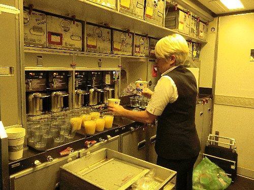 最初の軽い食事が終わってから次の食事まで8時間。間にお菓子やカップラーメンを貰えますが、これもギャレーに出向いて英語で頼まなきゃなりません。<br />カップラーメンは蓋をして3分待つのではなく、蓋はベリッと剥がしてカップの半分ほどにお湯をいれ、お箸を突き立てて「はい!」なのが笑えます。日本人乗務員がいたら、きちんと指導するんでしょうに。何をって? 勿論、正しいカップラーメンの作り方をですよ。(笑)