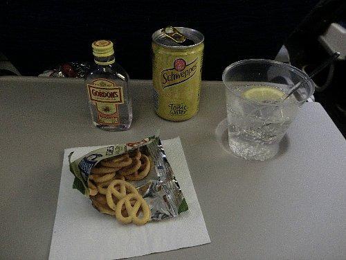 通りかかったFA(Flight Attendant)さんを呼び止めてジン&トニックを注文したら、無いと言われたので白ワインを持ってきてもらったのですが、後でディナーの前の飲み物サービスではありましたよ!