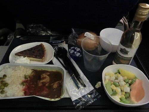 これがメインの食事でチキンカレー<br /><br />BAの総合評価は三角印です。丸は日系とエールフランス、バツはホラ、あそこですよ。何せ乗客が搭乗しているのに、フライトアテンダント(FA)は挨拶もせず仲間とおしゃべり、後ろのドアに腰かけてパズルに熱中しているFAも!