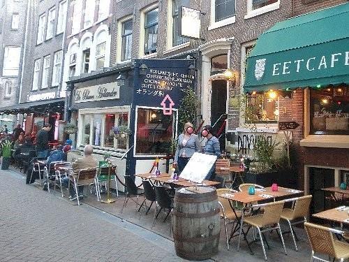 夕食はホテルの近くのオランダ料理レストラン、De Blauwe Hollander(英語メニュー有)。見にくいと思いますが、店の壁に「オランダ料」と書いてあります。
