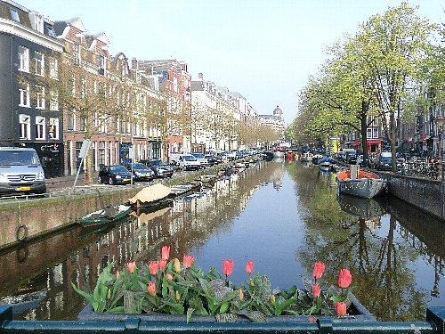 ホテルは運河に面していますが、私達の部屋からは安い部屋なもんで運河は見えません。(^^ゞ