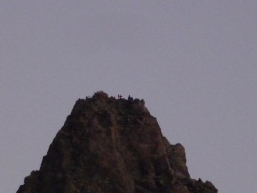 槍ヶ岳山頂を望遠で見てみました。<br />もう登っている人がいました。<br />写真を撮っているみたいです。