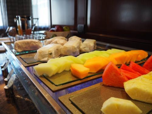 アフタヌーンティーはサンドイッチやスコーン、フルーツ、デザートが一杯!