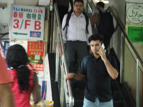 階段を上がり・・・・周りはインドの方ばかりですけど、気にしない・気にしない