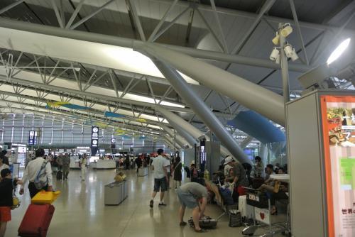 金曜お昼発の飛行機、関空は観光客(外国人)でいっぱい!<br /><br />友達が飛び跳ねながらやってきた。<br /><br />登場手続きをすませ、お昼ご飯へ。
