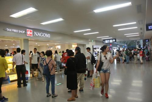 免税も中国韓国台湾香港タイって感じでいっぱい。<br /><br />私が100%中国語で話しかけられ、「中国の人多いもの、仕方ないよね」と思っていたら友達は普通に日本語で話しかけられていた。なんで。<br /><br />毎回パスポート出すたびにハッ!とされるので本気で間違えられていた模様です。