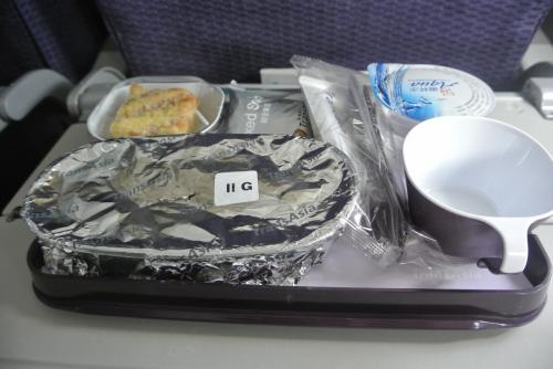 はじめてのトランスアジア。<br />(チケットとってからこないだの国内線事故のやつだと知ったが)<br /><br />毛布もくれるしちゃんと機内食も出てきた。