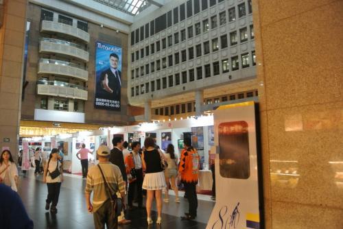 台北駅到着〜<br /><br />いつもの真ん中の広場は何か催しが。