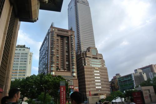 台北駅を抜けてホテルへ。<br /><br />右の建物が新光三越、左が五鉄秋葉原です。<br /><br />大名ビジネスホテルは五鉄秋葉原の19Fにあります。<br />ホテル名書いてもタクシーに伝わらないけど、「新光三越台北車站」ってメモに書いてました。