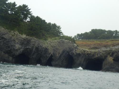 7つの空間が口をあけています。<br />奇岩だらけです。