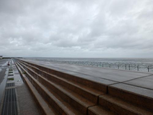 台風一過の有明海。朝一で道の駅鹿島に向かった。天気がよければ、泥んこ遊びもできるんだろうが、今日は天気も悪く、残念。゛<br /><br />干潟での泥んこ遊びしたかったー。