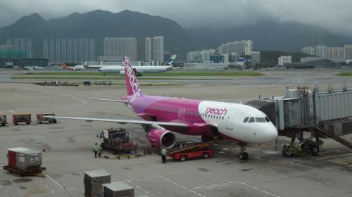 もともと予定になかった沖縄の旅が可能になったのはピーチのおかげです(^ ^)<br /><br />香港から沖縄までは2時間半の空の旅。<br />チケットは空港使用料込みで563香港ドルでした。<br />☆行きも帰りも香港ドル建てより日本円建ての値段の方がずっと安かったのですが、香港が出発地の航空券は香港ドル建てでしか買えないため、往復ではなく別々にして、沖縄→香港は円建てで買いました。
