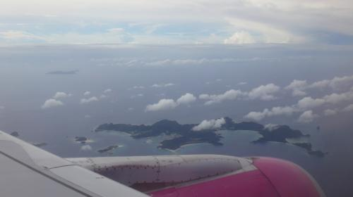 飛行中は雲が多かったんですが、那覇に近づくにつれてだんだんお天気が良くなってきました(^ ^)<br />那覇到着少し前に、今回の旅の目的地座間味島がバッチリ見えました(^ ^)<br />なんとなくいいことありそうな予感…(^ ^)