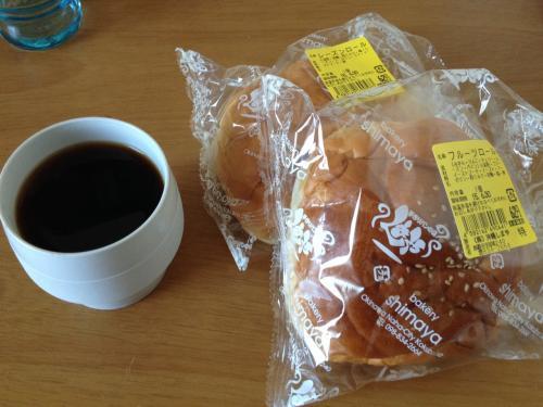 朝ごはんは商店街で義理で買ったパン(^ ^) <br />店のおばちゃんと少し話したから何か買わないと悪いかと思って…笑<br />普通のパンです(^ ^)