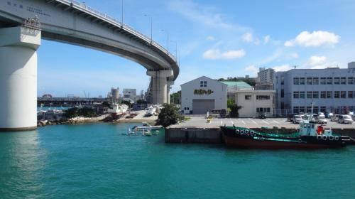 10時ちょうどに出港。<br />まず泊大橋をくぐります。海も空もとってもキレイ~