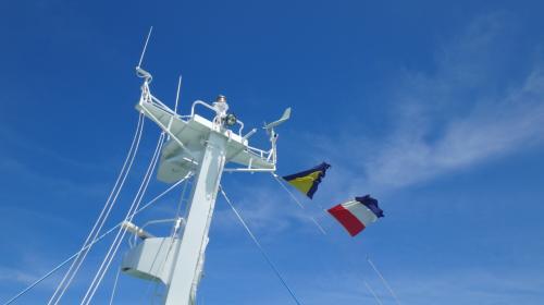 てっぺんには旗が。なんか意味があるみたい…<br />この写真を撮ってしばらくしたら船員さんが来て、旗は降ろされてしまった…<br />そして到着前にまた上げに来てました。