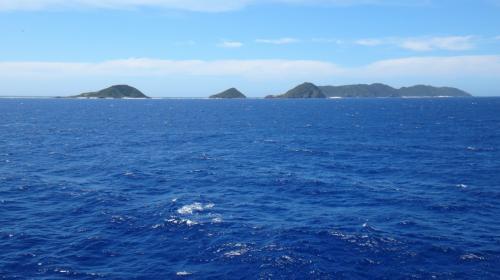青い海、そして青い空。<br />海が青すぎて本物じゃないみたいだぁ…<br /><br />Googleマップと比べて見ると、奥に見えているのは前島でしょうか。