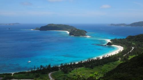 わぁ、これがまさにスカイブルー!<br />下に見えているのが古座間味ビーチ、向こうに見える島が安室島ですよ~