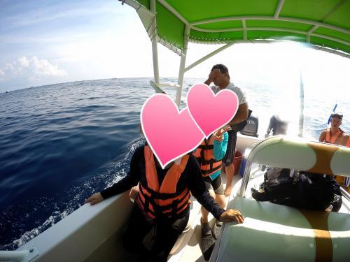 船は相乗りで、シュノーケルする人は全部で10人。<br />最初に海に入る順番を決め2人ずつ入ります。<br /><br />自分の前の人が海に入ったら、写真のようにスタンバイ。<br /><br />キャプテンの3.2.1ゴー!!の合図で海に入ります。