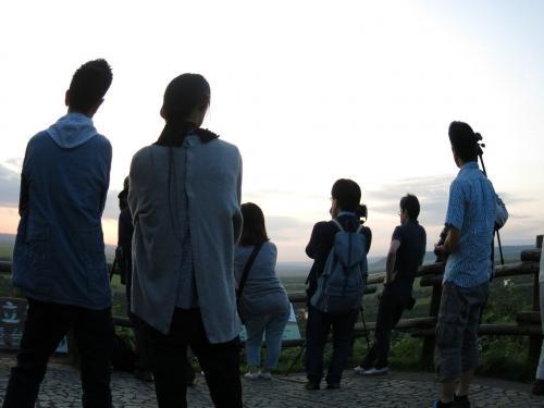 細岡展望台3、湿原越しに夕陽を見る人々<br /><br /> ・湿原に夏一枚の夢重ね