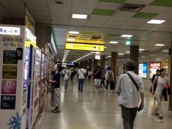 地下鉄で5駅の天神へ。あちらこちらにあるコインロッカーに荷物を預ける。