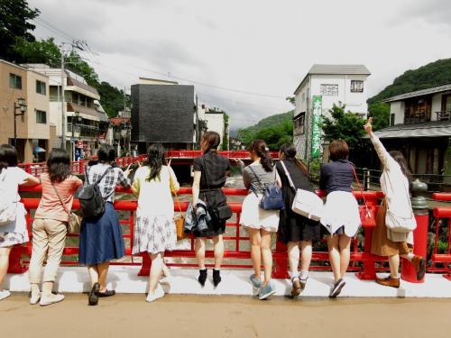 修禅寺3<br /><br /> 虎溪橋の上は若い女性であふれています。<br />こうなれば町に活気が出てきます。 草津のように温泉町復活の成功例です。