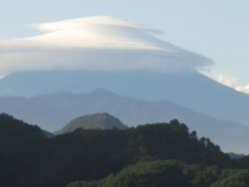 台風一過 <br /><br /> 富士のお山には珍しく、三重の傘雲がかかりました。