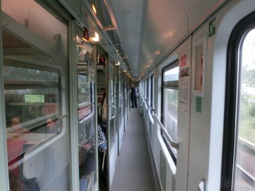 この列車は「ドレスデン→プラハ→ウイーン→ブタペスト」へと続く国際特急列車である。プラハまでの所要時間は2時間18分。1ヶ月後、シリヤ方面から大量の難民がドイツ目指してブタペスト中央駅に殺到する事態は想像さえできなかった。<br />写真:コンパートメント・カー