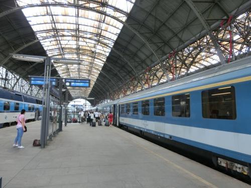 ドイツのドレスデンからチェコのプラハへは国境を越えて列車は進む。しかし車内ではチケットの検札のみでパスポートの検査はない。チェコは2005年にEUに加盟し(国境検査を撤廃し地域内移動自由を保証する)シェンゲン協定に加盟しているからである。<br />11:25プラハ駅(写真)着
