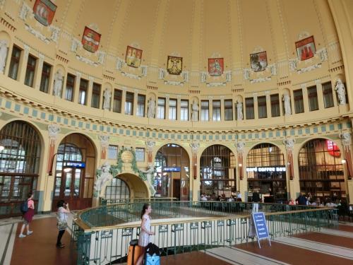 プラハ駅構内3階にアールヌーヴォー様式の美しい天井壁画に覆われたカフェ(写真)がある。一見する価値があるが、ここを見つけるのに多少苦労した。