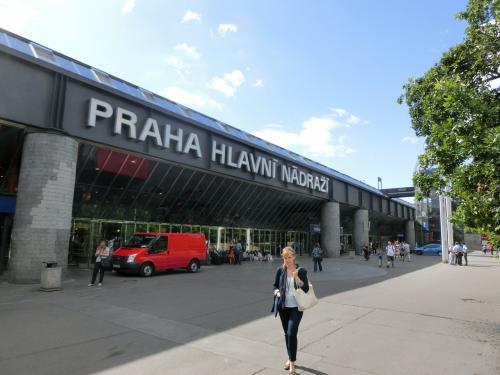 プラハ中央駅前(写真)に立つ。相変わらず空気は爽やかで夏の高原の風が吹く。ここから重いスーツケースを引っ張ってマリオットホテルまで歩くのだが、気分はルンルン、Go,Goだ。