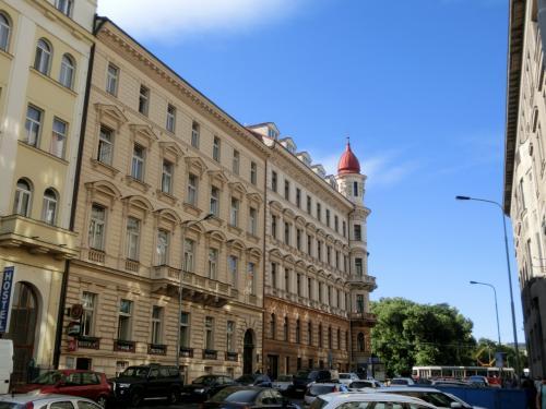 豪華な建物(写真)の横を1ブロック進み左折するとプラハの国内列車の発着駅「プラハ・マサリク駅」に至る。
