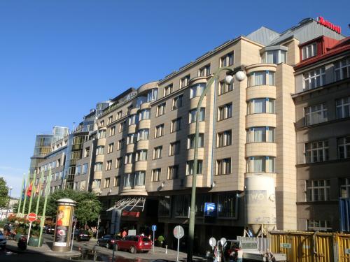 そして、マサクリ駅から続く道なりに「プラハ・マリオットホテル」(写真)が建っている。