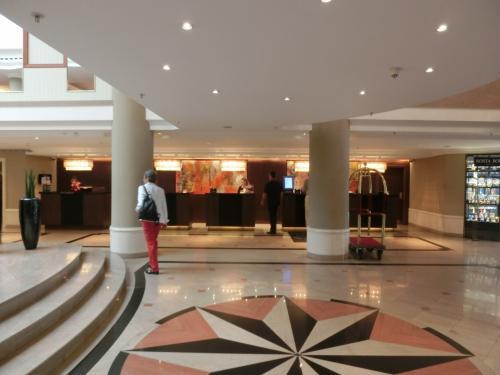 玄関のドアーを開けてホテル内に入ってみると…<br />ピカピカに磨かれたロビー・フロント(写真)が待っていた。ただし、それ程豪華さはないようだ。早速チェックインをする。