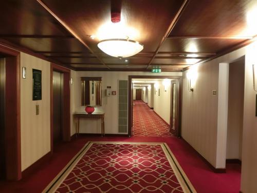 我々の部屋の準備が出来たので部屋に向かう。エレベーターホール(写真)は重厚な感じでよい。
