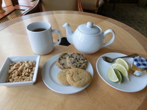 この時間帯のサービス内容は各種ジュース類、コーヒー、紅茶、ビスケット2種、ピーナッツ類、等である。時々、日本のお菓子「あられ」が出てくる。