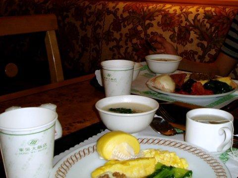 2泊目のホテルは、行き当たりばったり、歩いて見つけた。<br /><br />名前は忘れていたが、写真に証拠が残っていた。<br /><br />「東京大飯店」<br /><br />スタッフの女性は、日本語も話せる。偉いね〜。<br /><br />少し私たちも他の言語を勉強しないといけないな。<br /><br />朝食も充実していて、なかなか良かった。