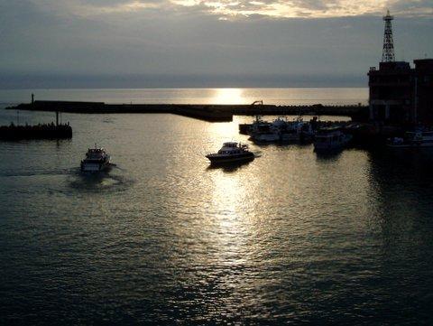 人気ナンバーワンのロマンチックスポット、漁人埠頭。<br /><br />夕陽の美しさが大変有名と言うが、この日の天気は、今イチだった。<br /><br />夜は、公園内の施設でバーベキューを食べる。<br /><br />