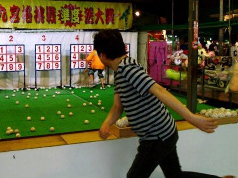 ストラックアウト。<br /><br />テレビでお馴染みとなった、ボールで9枚のパネルを何枚抜くことができるかを競うゲーム。<br /><br />この御方、パーフェクト!!
