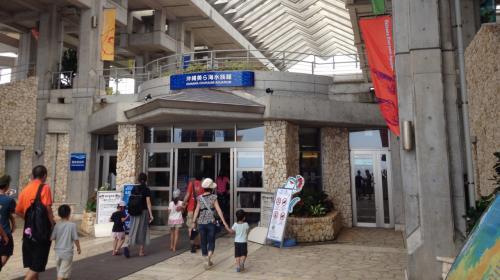 半年だけとはいえ沖縄本島に住んでたし、名護方面にも何度も来ているのに、なぜかこれまで来るチャンスがなかった美ら海水族館…初めて入場(^ ^)